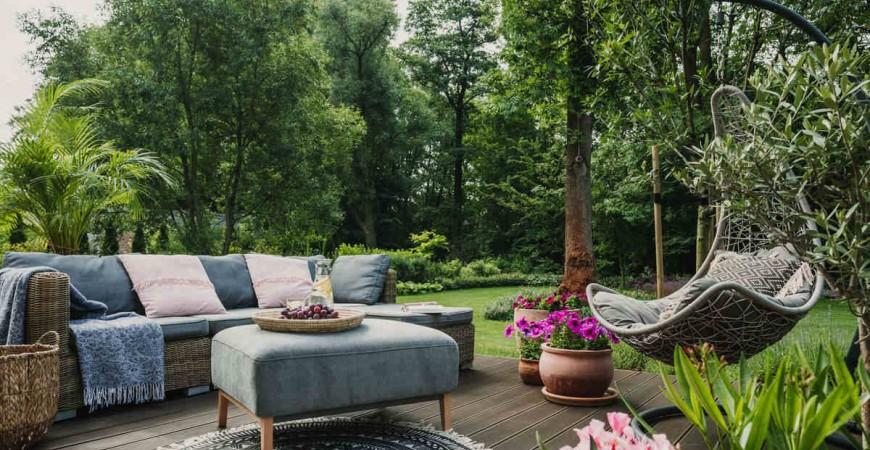 Quando irrigare le piante, il giardino e terrazzo in estate